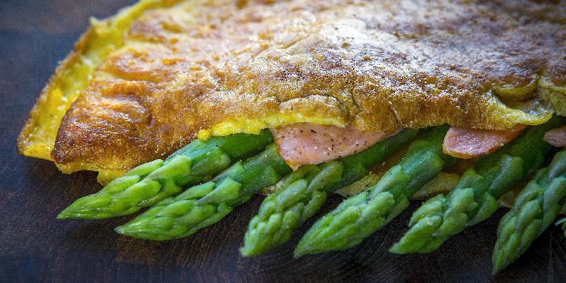 Omelett med asparges og røkelaks - Omelett kan bli en helt fin middag. Særlig med denne oppskriften.