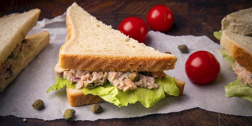 Tunfisk- og kaperssandwich - En sandwich du kan glede deg til.