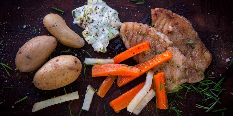 Gressløkpanert torsk med kremet vårløk - Torsk som paneres med gressløk blir nydelig hverdagsmiddag.
