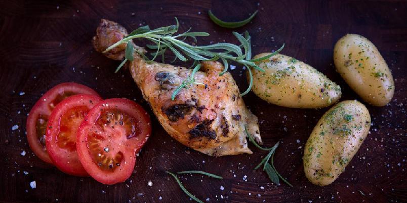Helstekt kylling med sitron og hvitløk servert med urtepoteter - Kylling blir godt sammen med sitron og hvitløk. Og sjekk de potetene!