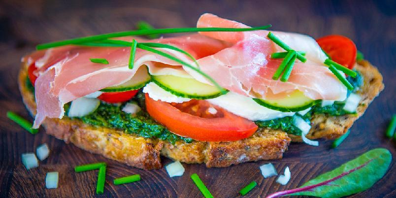Stekt brød med tomatsalat, ost, basilikumsaus og skinke -