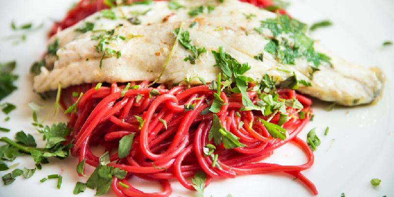 Rød pasta og havabbor - Gjør hverdagen morsommere med rød pasta. Det er så lett.
