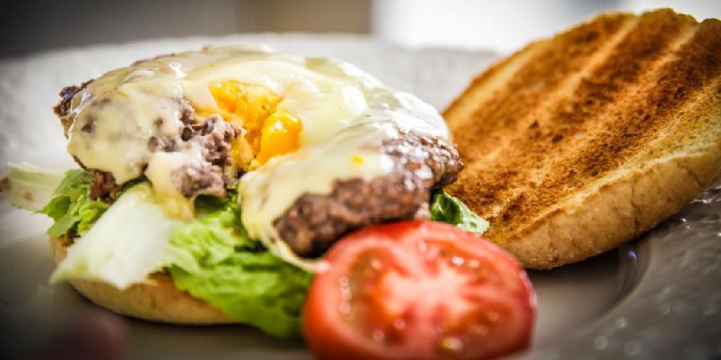 Hamburger med egg - En hamburger blir mer interessant med et egg i midten.