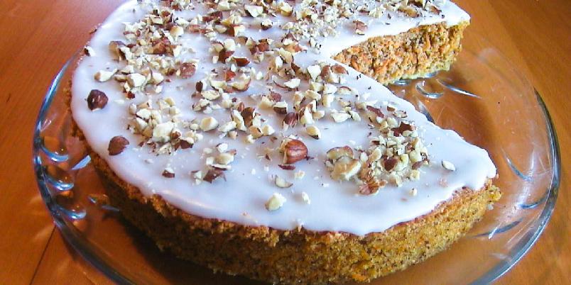 Gulrotkake med hasselnøtter - Vidunderlig saftig og god gulrotkake med hasselnøtter og melisglasur. Kaken inneholder ikke noe hvetemel, hvilket gjør den ekstra luftig og myk.