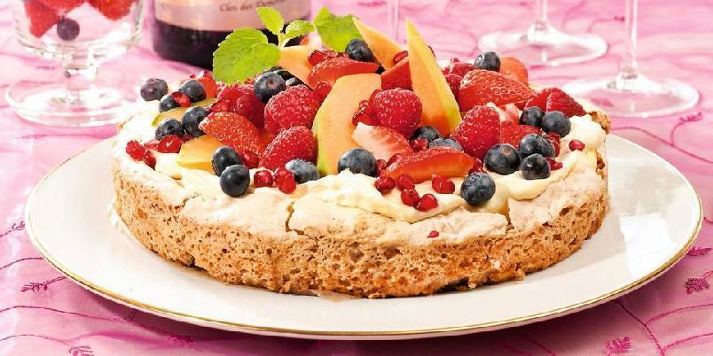 Glutenfri pistasjnøttkake med eggekrem - Denne kaken, som består av en smakfull bunn fylt med deilig eggekrem og masse deilig frukt, ble vinneren i ukebladet Hjemmets store bakekonkurranse. Leserne sendte inn sine beste oppskrifter, og ifølge juryen er kaken enkel å lage, og en velfortjent vinnerkake.