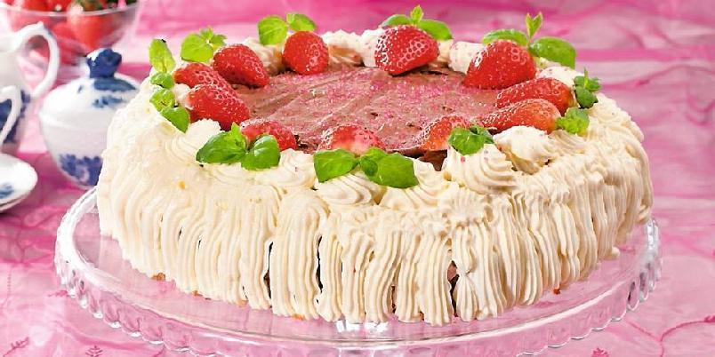 Mandelbunn med sjokolademousse, jordbær- og ostekrem - Denne kaken kom på tredjeplass i Hjemmets kakekonkurranse, og er også glutenfri.