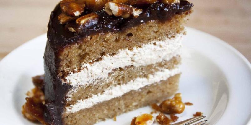 Elviskake med karamelliserte peanøtter - Oppskriften er beregnet på en kake på 18 cm i diameter, og er nok til 8-10 personer. I tillegg til at kaken er uten melk, er den også fri for egg. Den kan også gjøres glutenfri ved å bytte melet med rismel eller glutenfri melblanding.