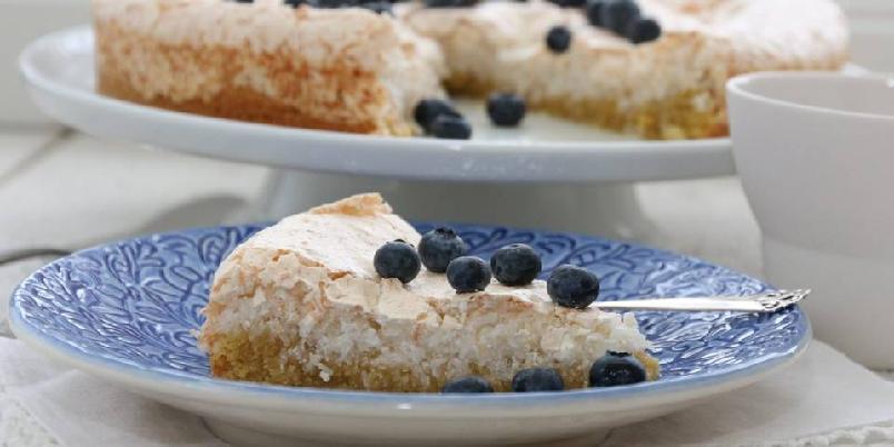 Kokoskake med marengslokk - Denne kaken kan serveres som den er, men blir ekstra god med for eksempel friske blåbær eller jordbær til.