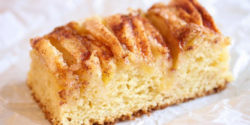 Eplekake med vaniljesaus - Dette er en stor eplekake i langpanne som får eksepsjonelt myk konsistens og god vaniljesmak som følge av at det er 1 liter vaniljesaus i deigen! Lett å lage, likt av alle!