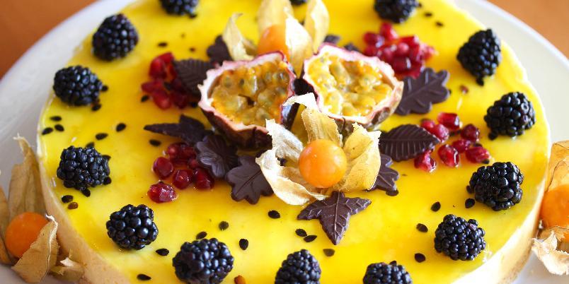 """Fromasjkake med pasjonsfrukt - Dette er en lekker, fransk fromasjkake med smak av pasjonsfrukt. Kaken er slett ikke vanskelig å lage, men ser utrolig flott ut. Server en """"Gâteau mousse aux fruits de la passion"""" og imponer dine gjester!"""