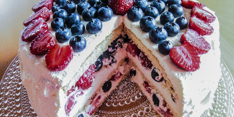 Sommerlig kremkake - En sommerlig kremkake med friske bær smaker lett og friskt på varme solskinnsdager.