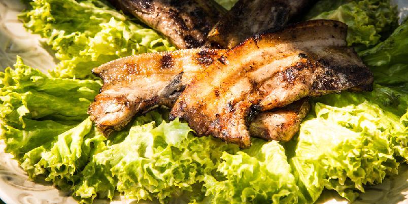 Grillskiver med nydelig salat - Dette er den raskeste middagen du kan lage på grillen.