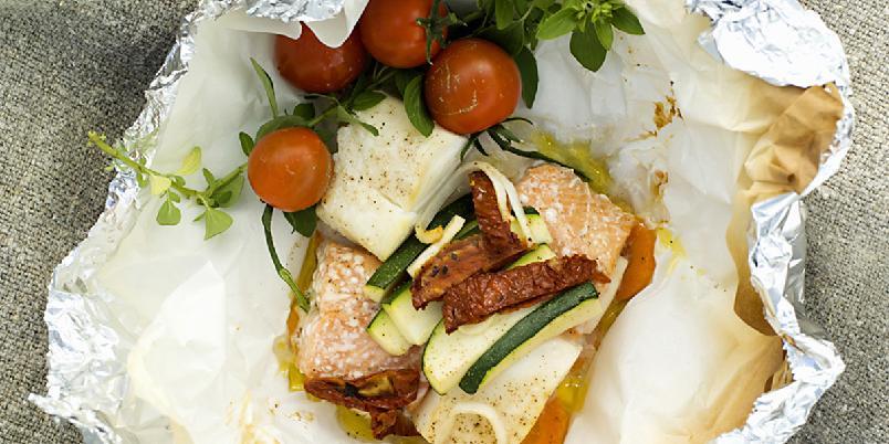 Fiskepose til grillen - Å legge grønnsaker og fisk sammen på grillen er en genial måte å lage supersunn og enkel middag på!