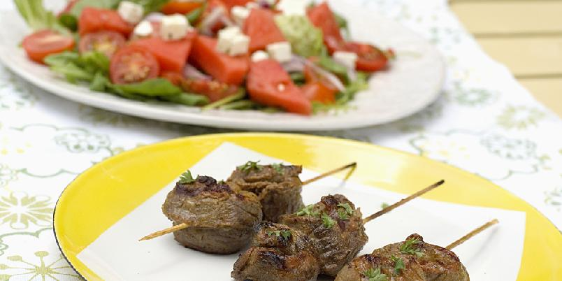 Marinerte kjøttspyd med gresk salat - Kanskje kommer disse saftige kjøttspydene til å bli sommerens store grillslager?