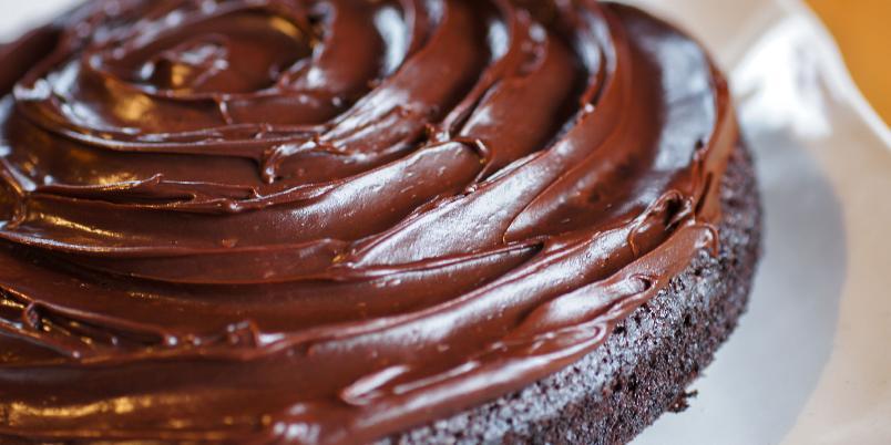 Den ultimate kaken for allergikere: Crazy Cake! - Denne populære, amerikanske kaken er uten egg, uten melk og uten nøtter. Den kan sikkert lages glutenfri også om du bruker glutenfritt mel. Sjokoladekremen kan lages med melkefritt smør, men kaken er også god med et enkelt melisdryss.