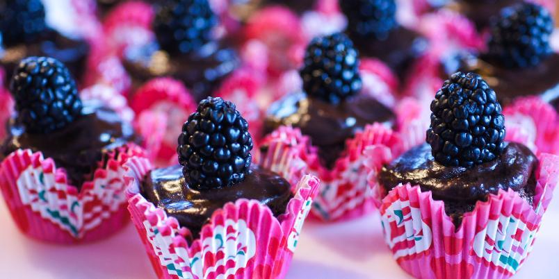 Sjokolade- og bjørnebærmuffins - Sjokolade og bjørnebær er en veldig god smakskombinasjon. Her i noen lekre, små minimuffins.