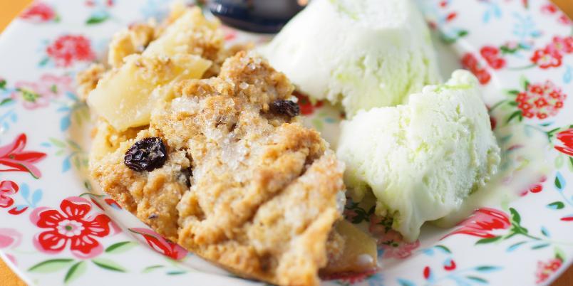 Smuldrepai med epler og müsli - Frokostmüslien kan god brukes til å lage en deilig smuldrepai. Lettvint og veldig godt!