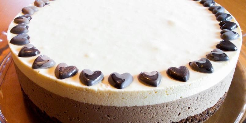 Iskake med hvit og mørk sjokolade - Dette er en dobbel sjokoladeiskake som har både et lag mørk sjokoladeis og et lag hvit sjokoladeis. Bunnen er laget med kakao og hasselnøtter og smaker nydelig til isen.