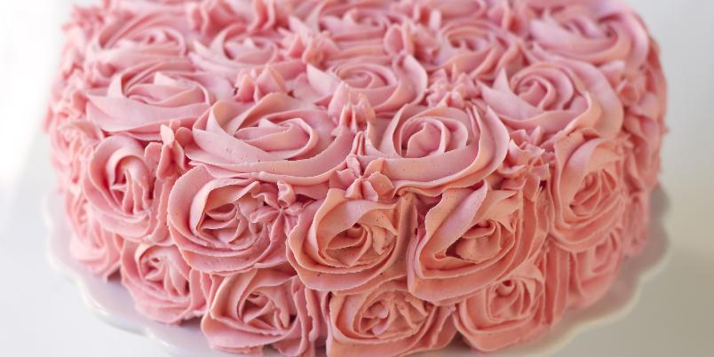 Rosekake med sjokolade og bringebær - Denne ultimate sommerkaken bidrar til et dekorativt og lekkert kakebord.
