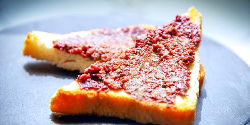 Tapenade - Tapenade lages av oliven, kapers og litt til. Dette er en klassisk oppskrift.