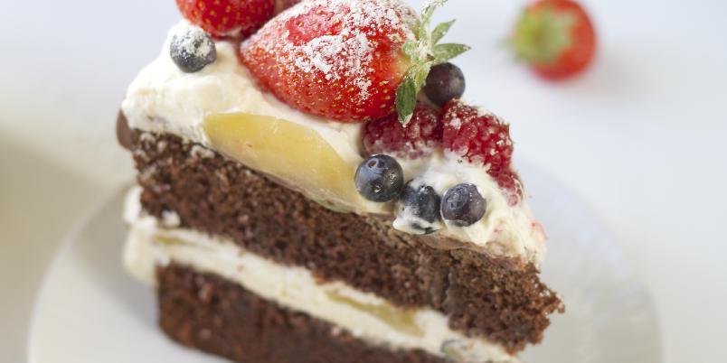 Saftig sjokoladekake med krem, krydderkokte pærer og forfriskende bær - Dette er en orginal og lekker kake som passer perfekt å servere på sommeren.