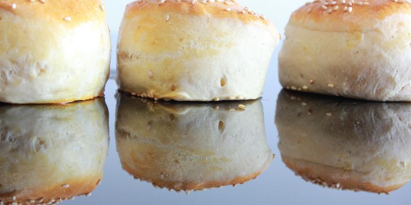 Hjemmelagde hamburgerbrød med sjarm - For de som synes det er vanskelig å trille runde brød, er dette et veldig godt alternativ. I tillegg får man noen fine og annerledes brød som gjør seg godt på bordet.