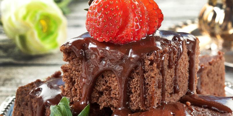 Luksuskake med lun karamellsaus - Myk sjokoladekake i langpanne kan gjøres spennende og ekstra god om den serveres med karamellsaus og friske jordbær.