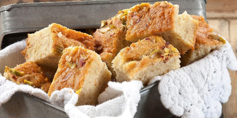Banankake - Godt modne bananer er ideelle til å lage banankake med. Denne stekes i liten langpanne og drysses med hakkede pistasjnøtter eller sjokolade før steking.