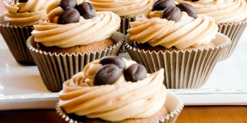 Espresso- og sjokoladecupcakes med kaffekrem - Smaken av sjokolade og kaffe er alltid vellykket! Her har du nydelige, myke cupcakes med mokkabønner og en superluftig kaffekrem.