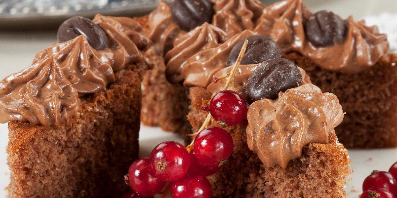 Mokkakake - Denne kaken har en deilig smak av sjokolade og kaffe. Oppskriften passer til en langpanne på 35 x 30 cm.