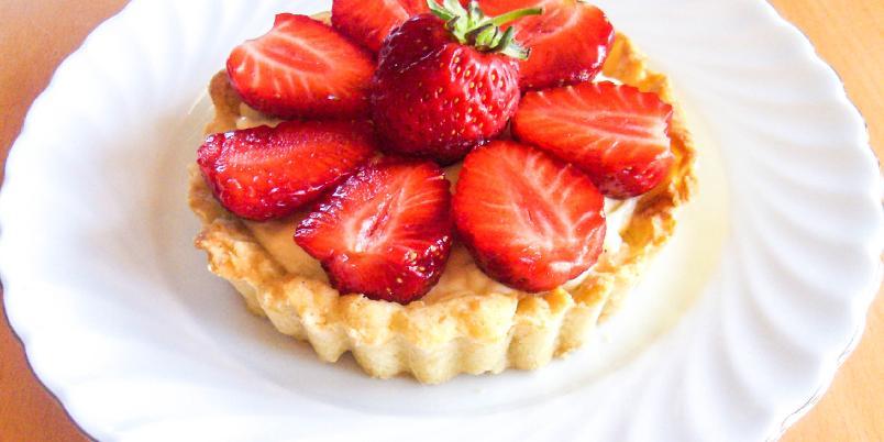 Tarteletter med vaniljekrem og jordbær - Nydelige terter med vaniljekrem og jordbær er enkle å lage, og smaker sommerlig og deilig!