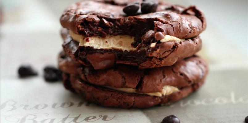 Sjokoladekjeks med peanøtt-frosting - Disse kjeksene inneholder mye sjokolade!