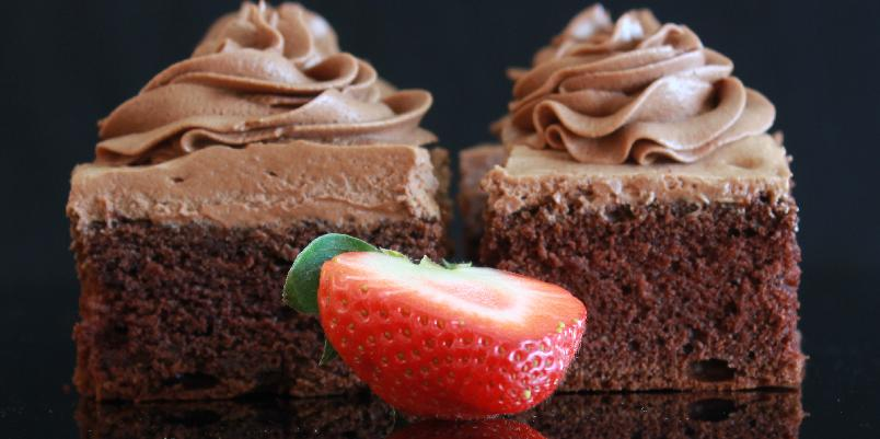 Saftig sjokoladekake i liten langpanne - Denne myke og saftige sjokoladekaken er lagd i en liten langpanne i størrelse 27 x 38 cm.