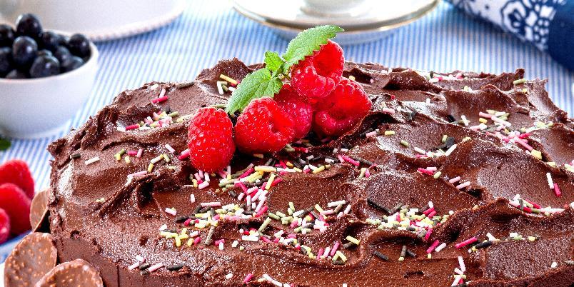 Festkake - Her har du en fantastisk sjokoladefestkake som er fylt med både bringebærsyltetøy og en lekker ostekrem. Kaken dekkes med deilig sjokoladekrem. Nam!