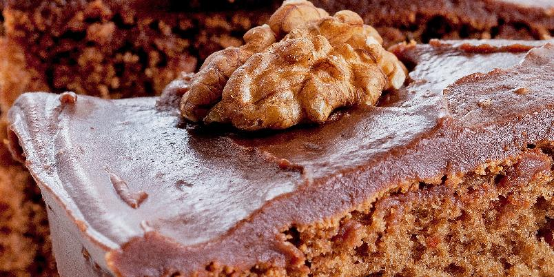 Mammas beste - En sjokoladekake slik man husker den fra barndommen. Dette er en lett og porøs sjokoladekake som forsvinner fort fra kakefatet!