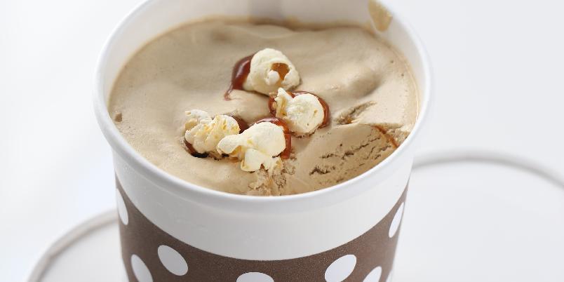Iskrem med popcorn og karamell - Denne deilige iskremen er superenkel og rask å lage. Du trenger ikke ismaskin!