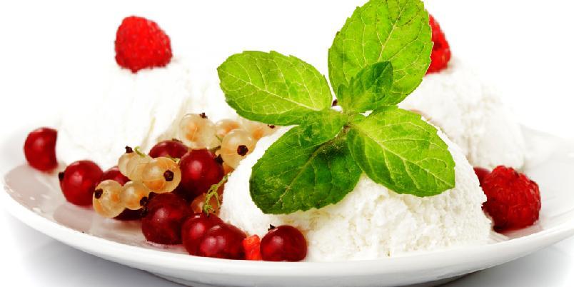 Hjemmelaget fløteis med vanilje og skogsbær - Denne isen lager du raskt, og du bestemmer selv om den skal være laktosefri!