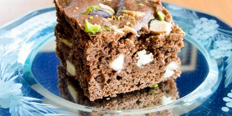Brownies med hvit sjokolade og pistasjnøtter - Brownies i liten langpanne som gjøres ekstra spennende med hvit sjokolade og pistasjnøtter!