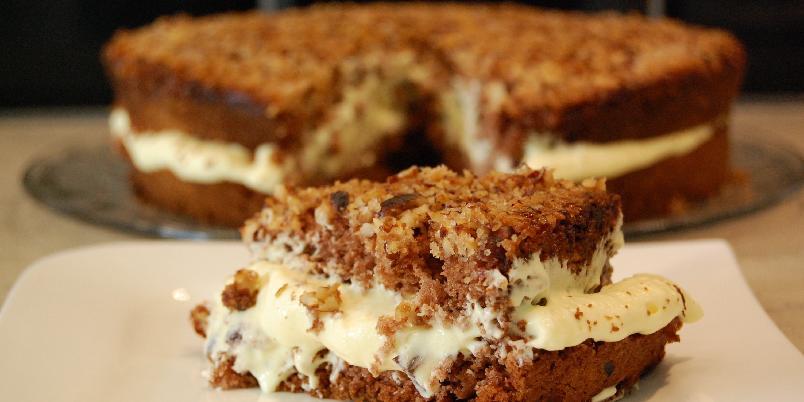 Glutenfri oppnedkake - Oppnedkake er en sukkerbrødlignende kake med kakao i, vaniljekrem i midten og en topp med deilige karamelliserte hasselnøtter!
