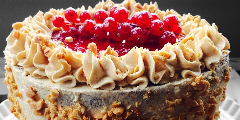 Sjokoladekake med peanøttsmør og jordbærsyltetøy - Denne kaken ble spist opp på få minutter!