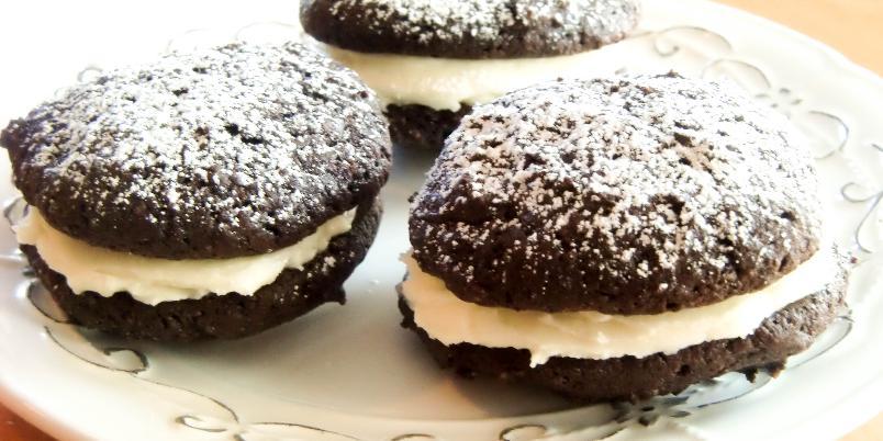 Amerikanske Whoopie Pies - Whoopie Pies er myke kaker som kan settes sammen to og to med ulike typer krem i mellom. An American classic!