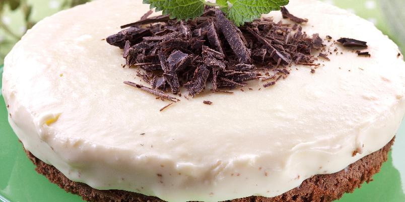 Hvit sjokolademoussekake - Denne oppskriften gir ca. 12 biter.
