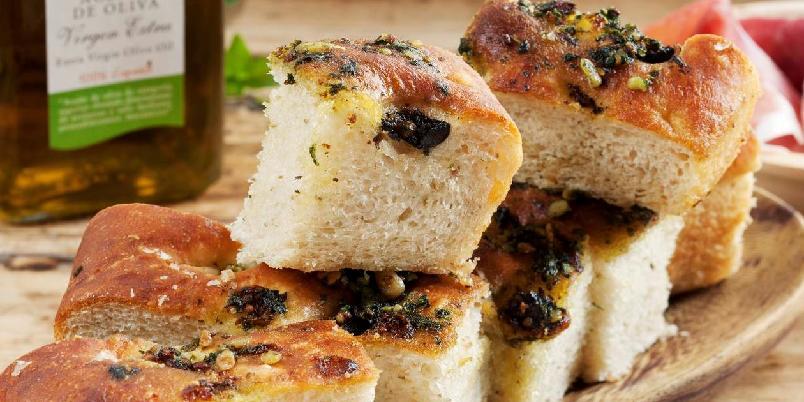 Focaccia - Denne focacciaen inneholder honning, pesto og oliven.