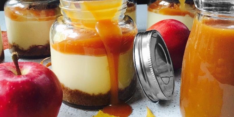 Eplekake i krukke - Lag deilig eplekake med norske epler og salt karamellsaus.