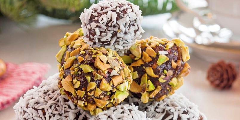 Marinerte fikenkuler - Å, nam! Dette er kuler laget av konjakkmarinerte fiken, kakao og marsipan - garantert en suksess!