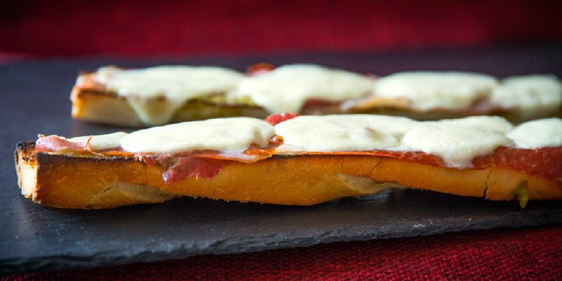 Sandwich - En sandwich med pesto, skinke og grillet ost.