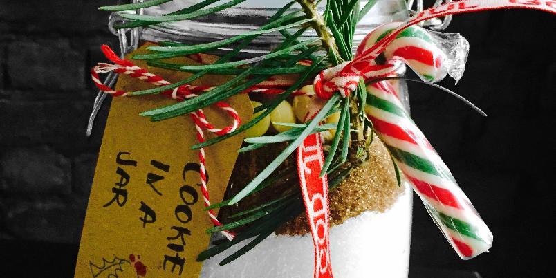 Cookie in a jar - Trenger du ett bra tips til en liten gave eller julegave? Da er dette den perfekte gaven til den som har alt. Og som liker seg på kjøkkenet:-) Gi den som en førjulsgave, julegave etc. Disse cookiene er kjempegode! Og dette kan alle lage!