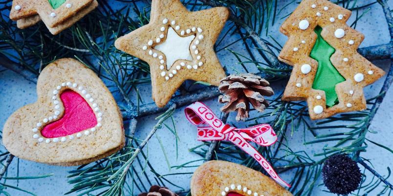 Pepperkaker - Ingen jul uten lukten av pepperkakeduft I hele huset!!;) Dette er en kjempegod sirupsnippoppskrift. Men den funker også veldig bra til å lage firgurer med!