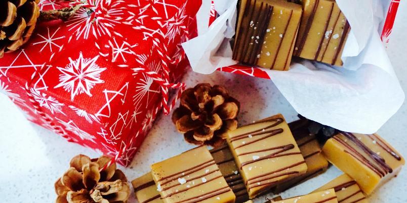 Karamell Fudge - Mmmmm fudge er så utrolig godt! Og det smaker så mye bedre enn de du får kjøpt på butikken. Og så er det så enkelt å lage! Passer også veldig godt nå til jul. Enten å ha dem på bordet til dine gjester, å gi bort som en førjulsgave, vertinnegave etc.