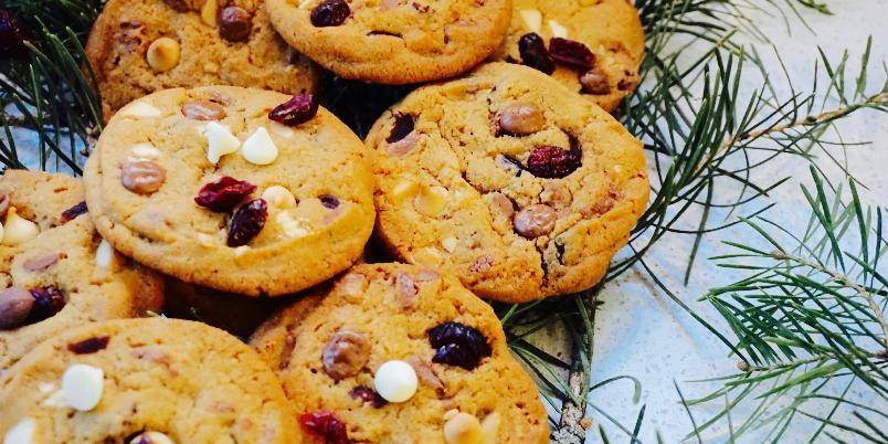 Cookies med hvit sjokolade, melkesjokolade og tranebær - Deilige sprøe og seige cookies fylt med masse sjokolade og tranebær. Perfekt følge til de syv slag ;)
